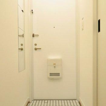 玄関は白タイル敷き。汚れてもすぐ落とせます