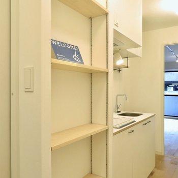 廊下にはシューズクローゼット代わりの可動棚