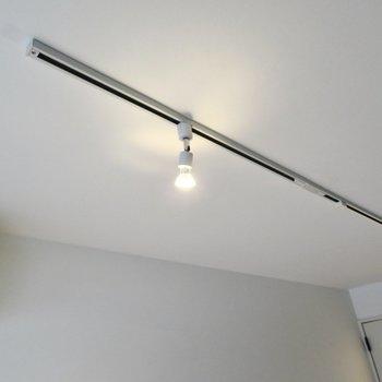 天井にもフェイクグリーンをあしらって。