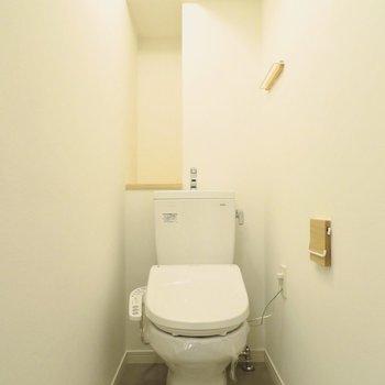 お手洗いには小物置き空間があります