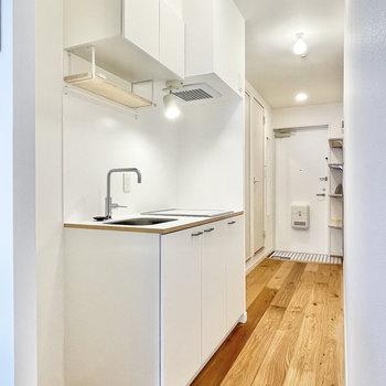 キッチン前、すっと伸びる床材が素敵