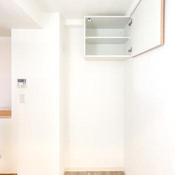 冷蔵庫置き場はロフトへの階段側に。コンパクトな吊戸棚も設置されています。