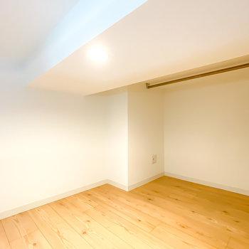 寝室にするならいちばん奥のスペースが◎ハンガーパイプがあり、パジャマなどを掛けておくことも。