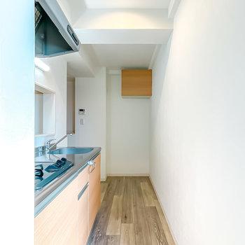 登って左手を見るとキッチンスペース。空間はさらに奥へと繋がっていて……