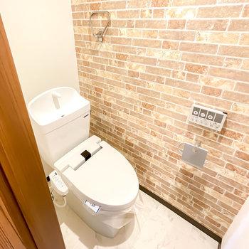 トイレはレンガ調の空間に。嬉しいウォシュレット付きです!