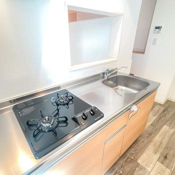コンロは2口で自炊もできる設備と広さです。さらに、壁には窓があり……