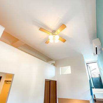 天井は吹き抜けに!シーリングファンライトがあり、空気がさらさらと流れています。