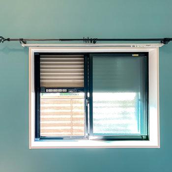 洋室の窓はシャッターを降ろすことも◎カーテンレールのデザインも素敵!