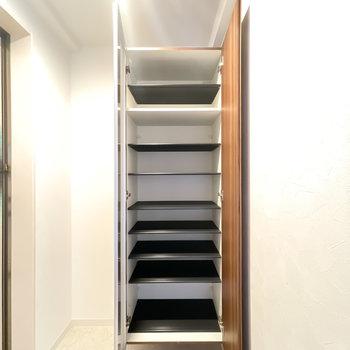 中は1段に3足ほど入る大きさ。天井まで高さがあるので、靴もたくさん持てますね。