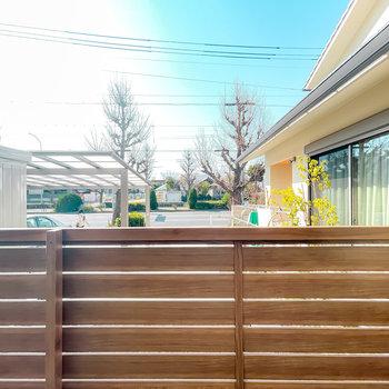 洋室の窓の外もフェンスがあり、視線をカットしてくれています。しかも、日当たりも良いんです!