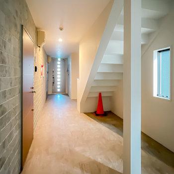共用部は清潔感のある室内空間。エントランスはオートロックなので安心して過ごせます。