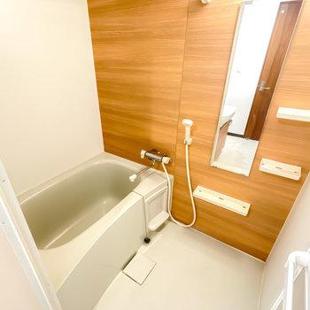 お風呂も木目調で癒やされる……浴室乾燥機なので、雨の日や花粉の時期の洗濯物はこちらで!