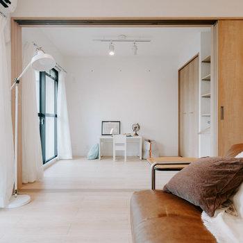 リビングの横には、引き戸で仕切れる1つ目のお部屋があります。※画像はモデルルーム、家具や調度品は付属しません