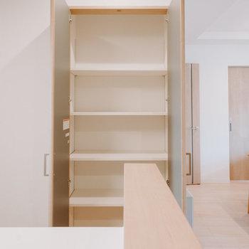 収納もたくさん。まずはキッチン横にパントリー。※画像はモデルルーム、家具や調度品は付属しません