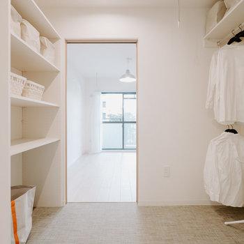 壁にも調湿機能のある素材を使っているという嬉しい配慮。※画像はモデルルーム、家具や調度品は付属しません