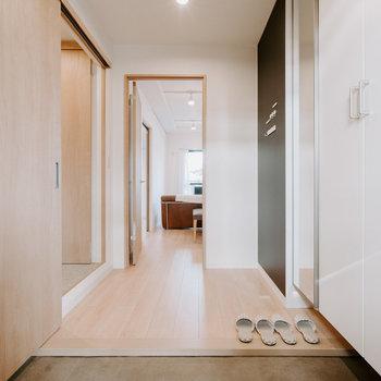 洗面所は玄関側からも入ることができ、回遊できるようになっています。※画像はモデルルーム、家具や調度品は付属しません