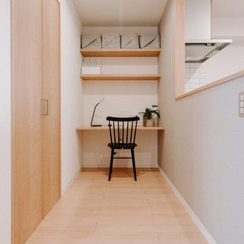 キッチンの手前にはワークスペースを設置!コンセントのコードを通す穴があったりと、気が利いています。※画像はモデルルーム、家具や調度品は付属しません