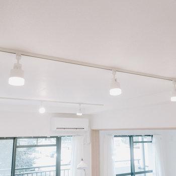 ライティングレールが配置されているので、好きな照明が使えます。テーブルを置く場所を自由に決められるのも良いです。※画像はモデルルーム、家具や調度品は付属しません
