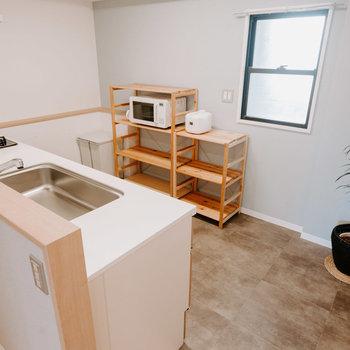 まずはこだわりのキッチンをチェック!アクセントクロスは淡いグレー、床は水や汚れに強い素材になっています。※画像はモデルルーム、家具や調度品は付属しません
