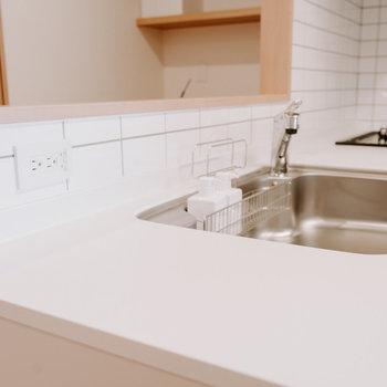 コンセントがあり、水栓も分岐出来るタイプなので、こちら側に食洗機を設置できます。※画像はモデルルーム、家具や調度品は付属しません