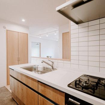 機能だけでなくデザインもこだわってます。白い天板にタイルの壁、おしゃれなカフェみたいですね※画像はモデルルーム、家具や調度品は付属しません