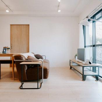 テーブル、大きめのソファを置いても、ゆとりがありますね。※画像はモデルルーム、家具や調度品は付属しません