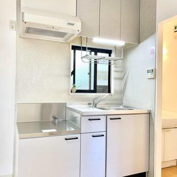 小窓付きで清々しいキッチン。