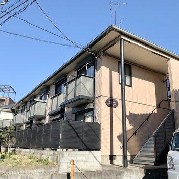 2階建ての軽量鉄骨アパートです。