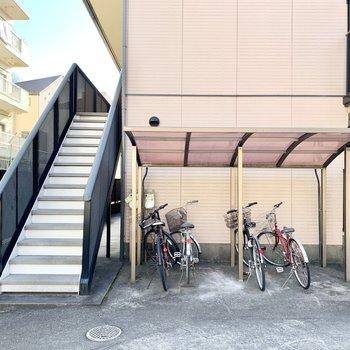屋根付きの駐輪場も。
