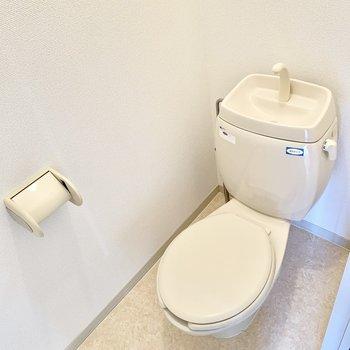 個室のトイレは玄関横に。