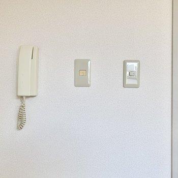 こちらのお部屋にインターホンがあります。