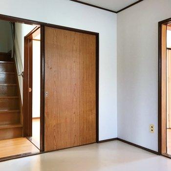 【下階・DK】階段で上階へ。
