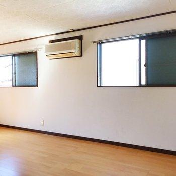 【上階・洋室9.75帖】窓が沢山あり、明るいですよ◎