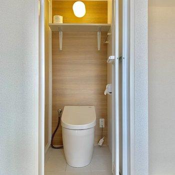 トイレの上にはトイレットペーパーなどストックできますよ。※写真は前回募集時のものです。