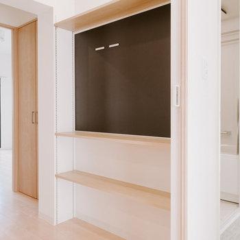 廊下にも棚と、マグネットボードが。家族のちょっとしたコミュニケーションの場になりそうですね。