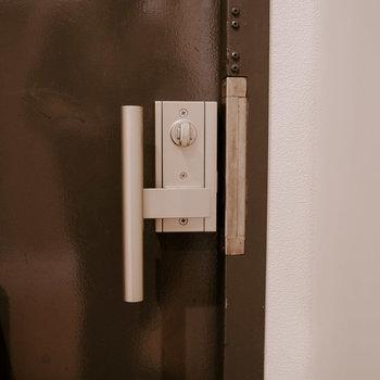 ドアのノブは荷物を持っているときでも開け閉めがしやすいものに交換されています。