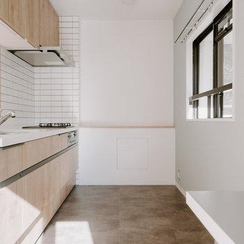 床は汚れや水に強い素材に。すれ違える広さがあるので、家族みんなで料理ができそうです。