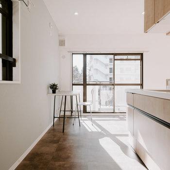 キッチンからベランダまで、水に強い素材の床がつながっているので、観葉植物を置いたり、室内にお洗濯物を干したり、いろんな用途に使えます。