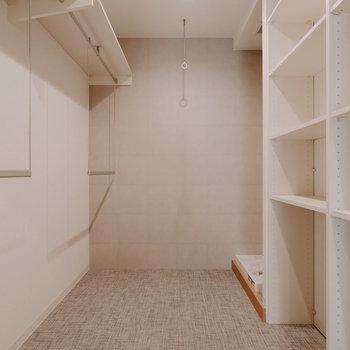 洗面所の向かい側にランドリーコーナーがあります。