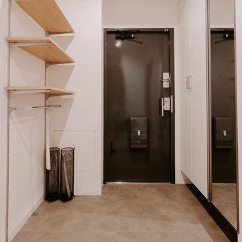玄関はこちら。ここにも可動棚&引っ掛け収納がありますよ。
