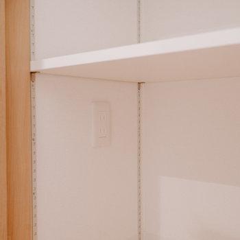 収納の中にコンセントがあり、棚も可動式で、掃除機を充電しながらしまって置くことができるよう、考えられています!