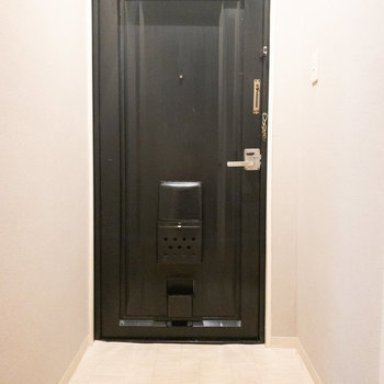 玄関は2人くらいが靴の脱ぎ履きできそうな広さ!