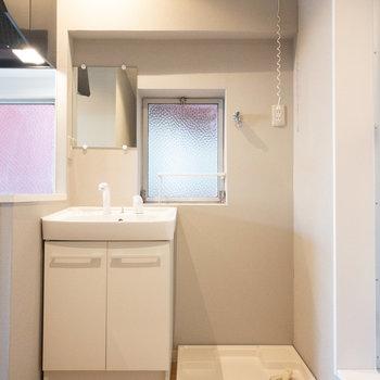 浴室の前に洗濯機置き場があるので、脱いだ服をそのまま入れられますね!