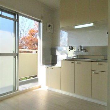 和室の隣にはキッチンがあります!(※棚の開き方は変更になる場合があります)