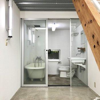 1階は広いガレージスペースに、水周りが集合です。※写真は前回募集時、清掃前のものです