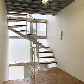 振り返ると、ねじれの階段。※写真は前回募集時のものです