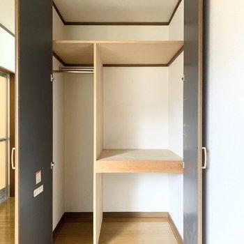 収納は棚付きなので、洋服や家電など分けて収納できますね。
