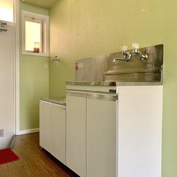 収納付きのキッチン。※写真は通電前のものです※写真は前回募集時のものです