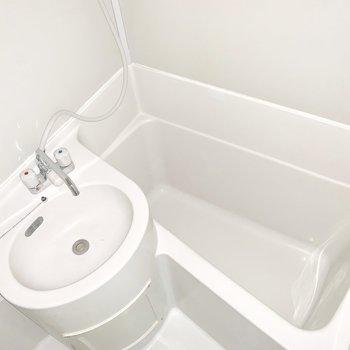 洗面台の丸みがキュート。※写真はフラッシュを使用※写真は前回募集時のものです