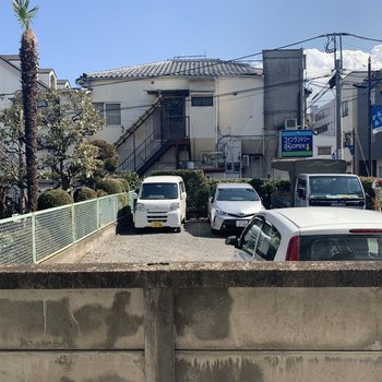 窓からは駐車場が見えます